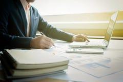 Bild des Geschäfts, Geschäftsmann, arbeitend im Büro mit dem Laptop Stockfotografie