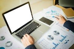 Bild des Geschäfts, Geschäftsmann, der mit Laptop arbeiten, Tablette und f Lizenzfreies Stockbild