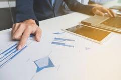 Bild des Geschäfts, Geschäftsteam, das mit Laptop, Tablette arbeitet und Lizenzfreie Stockfotografie