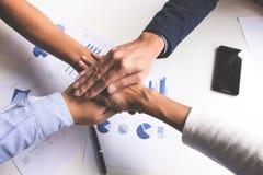 Bild des Geschäfts, Konzept von Verbindungshänden der Teamwork-Leute Lizenzfreie Stockfotos