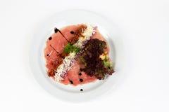 Bild des geschmackvollen carpaccio mit Salat und Käse Stockfoto