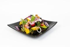 Bild des geschmackvollen griechischen Salats auf Teller Stockbild
