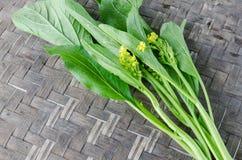 Bild des Grünkohl-Kantonesisch auf dem hölzernen Hintergrund lizenzfreie stockbilder