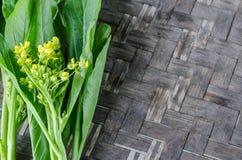 Bild des Grünkohl-Kantonesisch auf dem hölzernen Hintergrund stockfoto