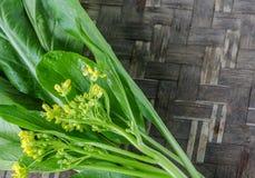 Bild des Grünkohl-Kantonesisch auf dem hölzernen Hintergrund stockfotografie