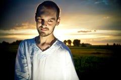 Bild des Mannes auf Sonnenuntergang lizenzfreie stockbilder
