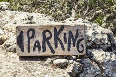 Bild des hölzernen Parkzeichens Handgemaltes Holzschild mit Richtungen zu Stockbild