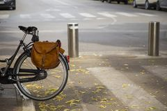 Bild des halb schwarzen Fahrrades mit Rucksack stockfotografie