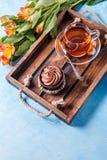 Bild des hellen Frühstücks, schwarzer Tee, cupkake Lizenzfreies Stockbild