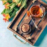 Bild des hellen Frühstücks, schwarzer Tee, cupkake Lizenzfreie Stockbilder