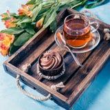 Bild des hellen Frühstücks, schwarzer Tee, Muffin Stockfotos