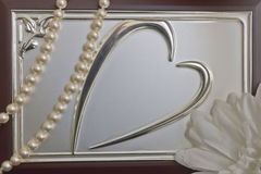 Bild des Herzens auf die Oberseite des Kastens und der Perlen lizenzfreies stockbild