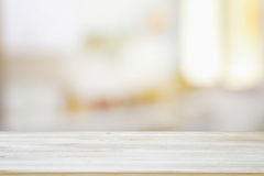 Bild des Holztischs vor Zusammenfassung verwischte hellen Hintergrund des Fensters lizenzfreie stockfotos