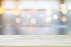 Bild des Holztischs vor Zusammenfassung verwischte hellen Hintergrund des Fensters Lizenzfreies Stockbild
