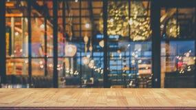 Bild des Holztischs vor Zusammenfassung verwischte Restaurantli Lizenzfreie Stockfotos
