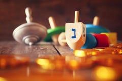 Bild des jüdischen Feiertags Chanukka mit hölzernen dreidels Stockbild