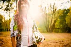 Bild des jungen Athleten mit Fahrradsturzhelm am Herbstwald Stockfotografie