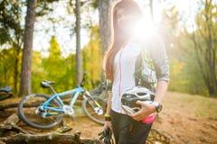 Bild des jungen Athleten mit Sturzhelm auf Hintergrund des Fahrrades Stockfotos