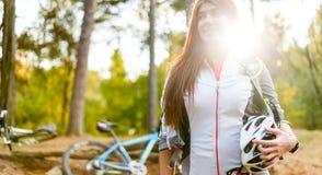 Bild des jungen Athleten mit Sturzhelm auf Hintergrund des Fahrrades Lizenzfreies Stockbild