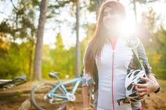 Bild des jungen Athleten mit Sturzhelm auf Hintergrund des Fahrrades Stockbilder