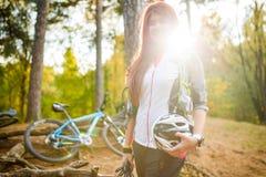 Bild des jungen Athleten mit Sturzhelm auf Hintergrund des Fahrrades Lizenzfreie Stockfotografie