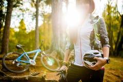 Bild des jungen Athleten mit Sturzhelm auf Hintergrund des Fahrrades Lizenzfreie Stockfotos