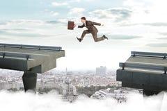 Bild des jungen Geschäftsmannes springend über Abstand Lizenzfreies Stockfoto