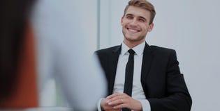 Bild des jungen Geschäftsmannes verbunden seiend seinen Kollegen lizenzfreie stockbilder