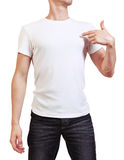 Bild des jungen Mannes im weißen T-Shirt zeigend auf leeres copyspace Lizenzfreie Stockfotos