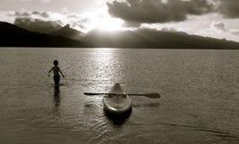 Bild des Jungen mit einem Boot stockbilder