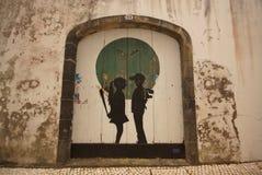 Bild des Jungen und des Mädchens auf alter Holztür Stockbilder