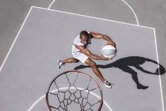 Bild des jungen verwirrten afrikanischen Basketball-Spieler-Übens stockfotos