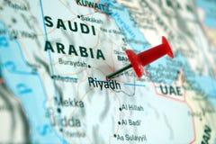 Bild des Königreichs Saudi-Arabien auf einer Weltkarte mit einem roten Stift von Riad das Kapital stockbild