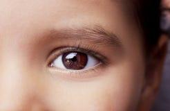 Bild des Kinderaugenabschlusses oben Lizenzfreies Stockbild