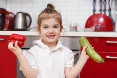 Bild des Kindes mit Gemüse Stockfotografie