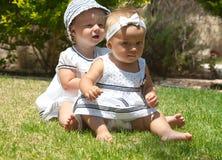 Bild des Kindes mit zwei Babys, das den Spaß draußen spielt haben, der besten Freunde, des glücklichen Familien-, Liebes- und Glü Lizenzfreies Stockfoto