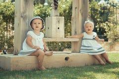 Bild des Kindes mit zwei Babys, das den Spaß draußen spielt haben, der besten Freunde, des glücklichen Familien-, Liebes- und Glü Lizenzfreie Stockfotos