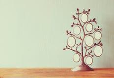 Bild des klassischen Rahmens der Weinleseantike des Stammbaums auf Holztisch Lizenzfreie Stockfotos
