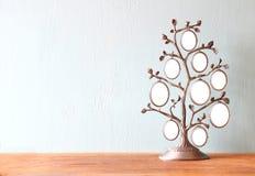 Bild des klassischen Rahmens der Weinleseantike des Stammbaums auf Holztisch Lizenzfreie Stockbilder