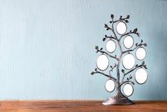 Bild des klassischen Rahmens der Weinleseantike des Stammbaums auf Holztisch Stockbilder