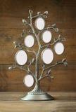 Bild des klassischen Rahmens der Weinleseantike des Stammbaums auf Holztisch Lizenzfreie Stockfotografie
