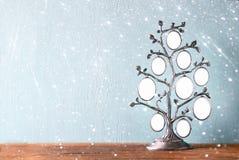 Bild des klassischen Rahmens der Weinleseantike des Stammbaums auf Holztisch und Funkeln beleuchtet Hintergrund Gefiltertes Bild Stockfotos