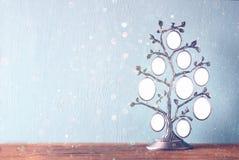 Bild des klassischen Rahmens der Weinleseantike des Stammbaums auf Holztisch und Funkeln beleuchtet Hintergrund Gefiltertes Bild Lizenzfreie Stockfotos