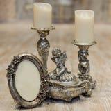 Bild des klassischen Rahmens der Weinleseantike und Kerze auf Holztisch Lizenzfreies Stockfoto
