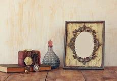 Bild des klassischen Rahmens, des Schmucks und der Parfümflasche der Victorianweinleseantike Stockbilder