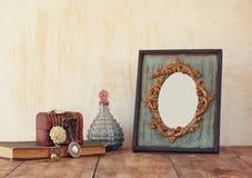 Bild des klassischen Rahmens, des Schmucks und der Parfümflasche der Victorianweinleseantike Lizenzfreie Stockfotos