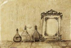 Bild des klassischen Rahmens, des Schmucks und der Parfümflaschen der Victorianweinleseantike Lizenzfreies Stockbild