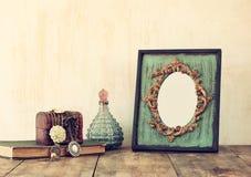 Bild des klassischen Rahmens, des Schmucks und des Parfüms der Victorianweinleseantike Stockfoto