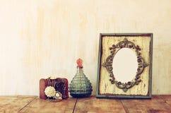 Bild des klassischen Rahmens, des Schmucks und des Parfüms der Victorianweinleseantike Lizenzfreie Stockbilder