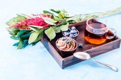 Bild des Kuchens, Blaubeere, rote Blumen Stockfoto